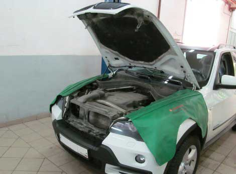 BMW Mini в процессе техосмотра