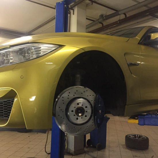 Замена тормозных колодок у BMW M4 F82