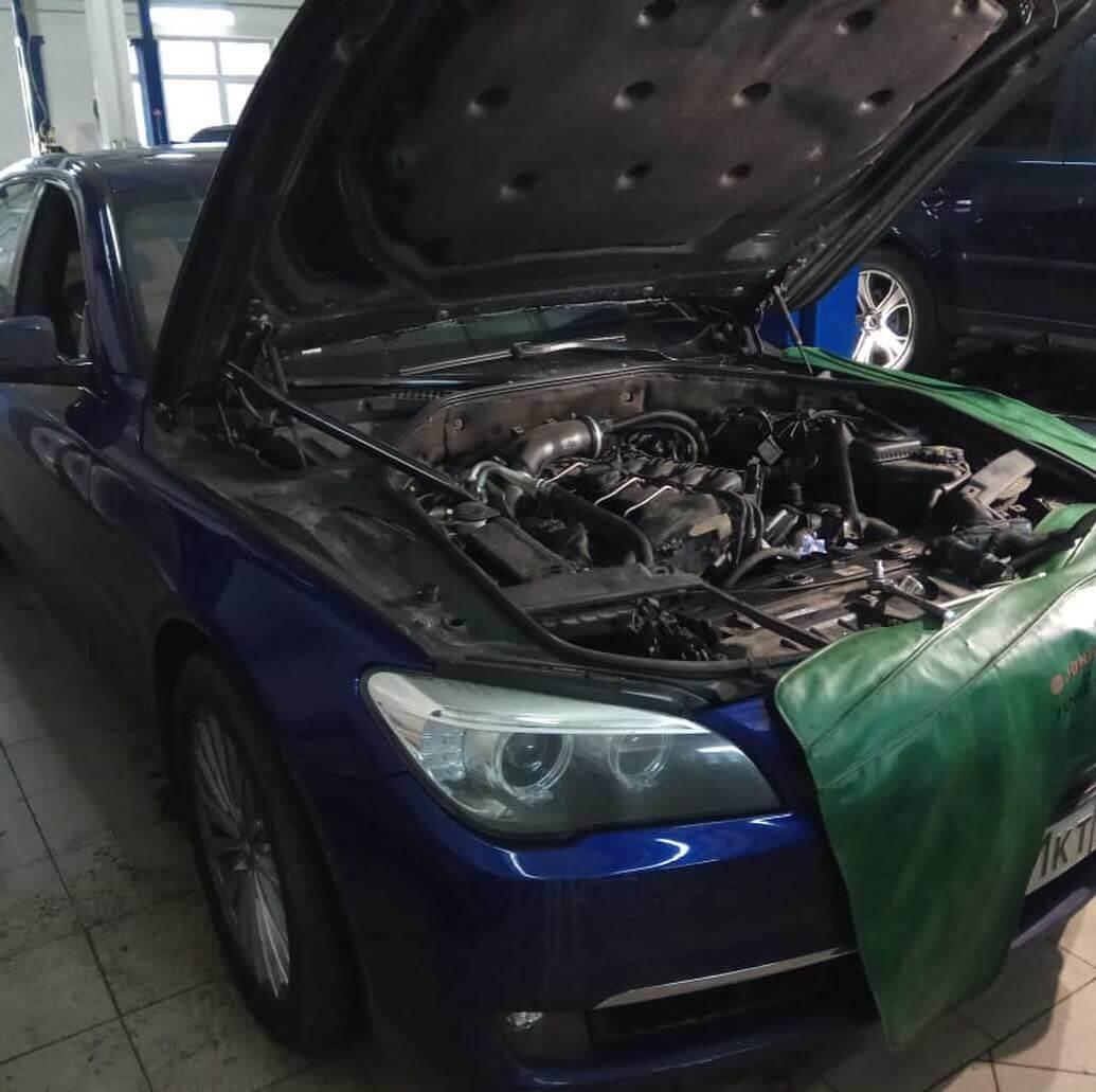 разрушенный патрубок системы охлаждения двигателя BMW 740