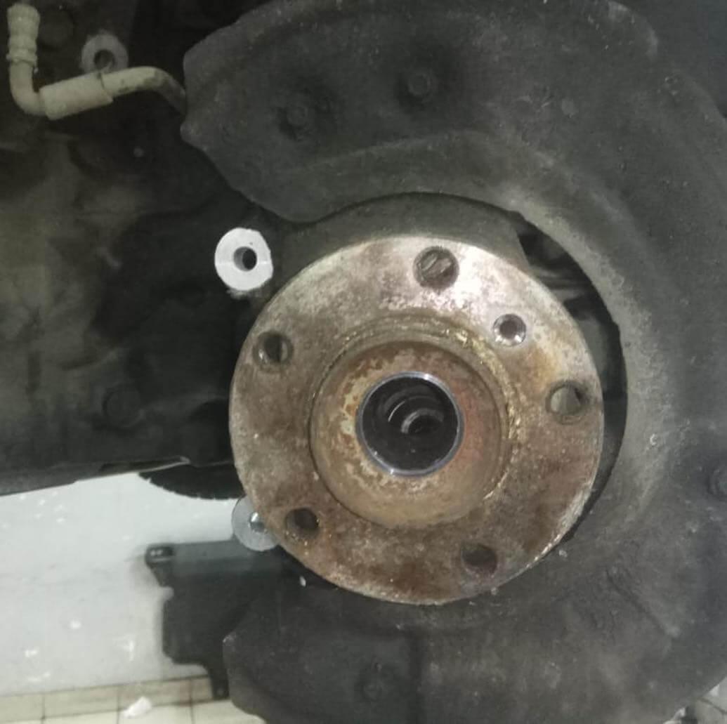 изношен подшипник переднего правого колеса