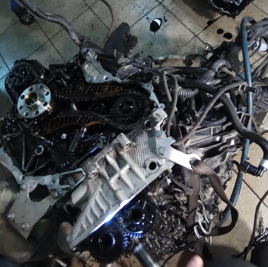 разобранный двигатель N57