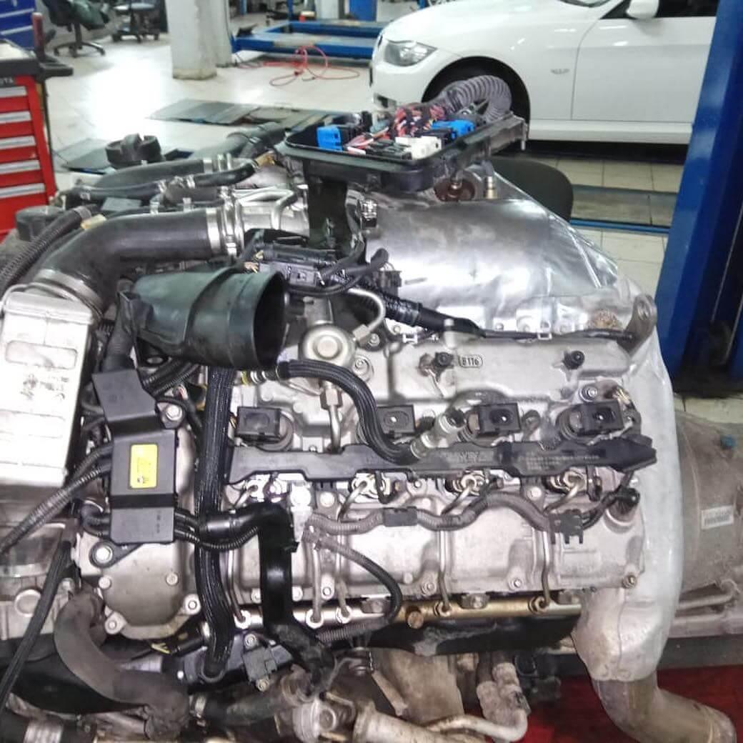двигатель N63 крупным планом