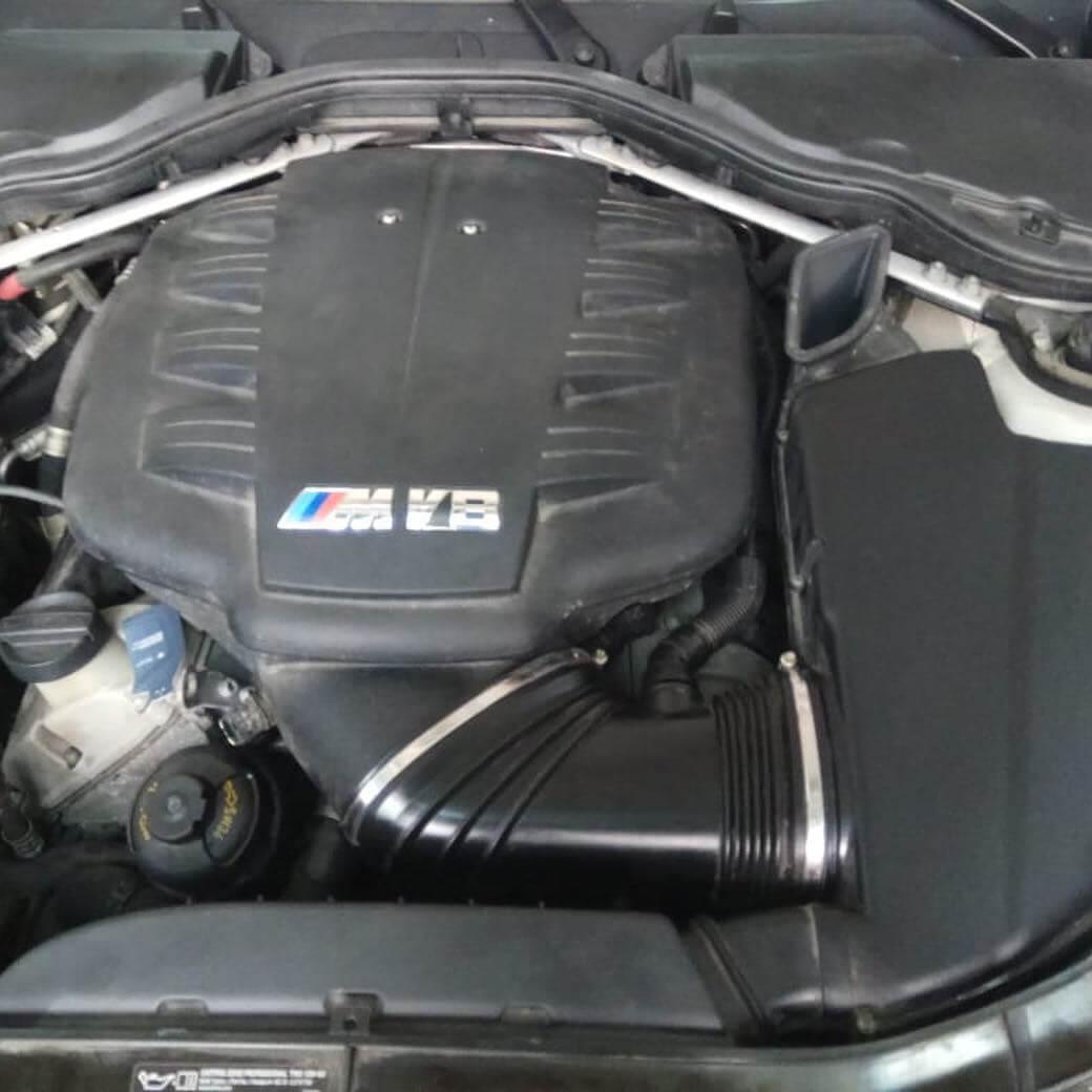 cтартер в развале ГБЦ на BMW M3 в кузове E92 с двигателем S65