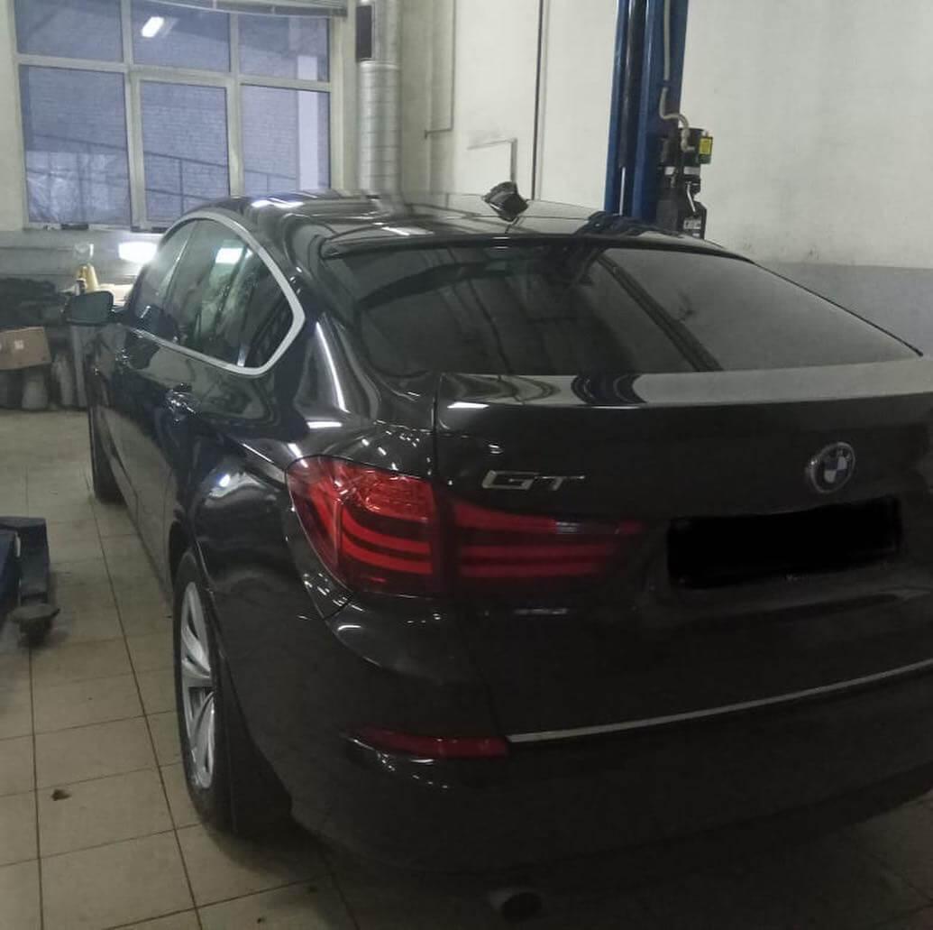 несимметричная высота клиренса левой и правой стороны у BMW