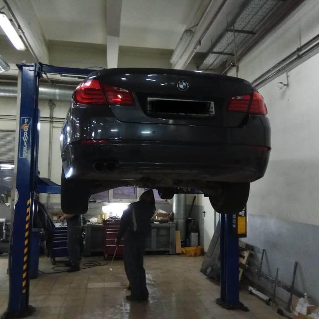 процесс замены маслоподающего трубопровода на BMW F10 с двигателем N20
