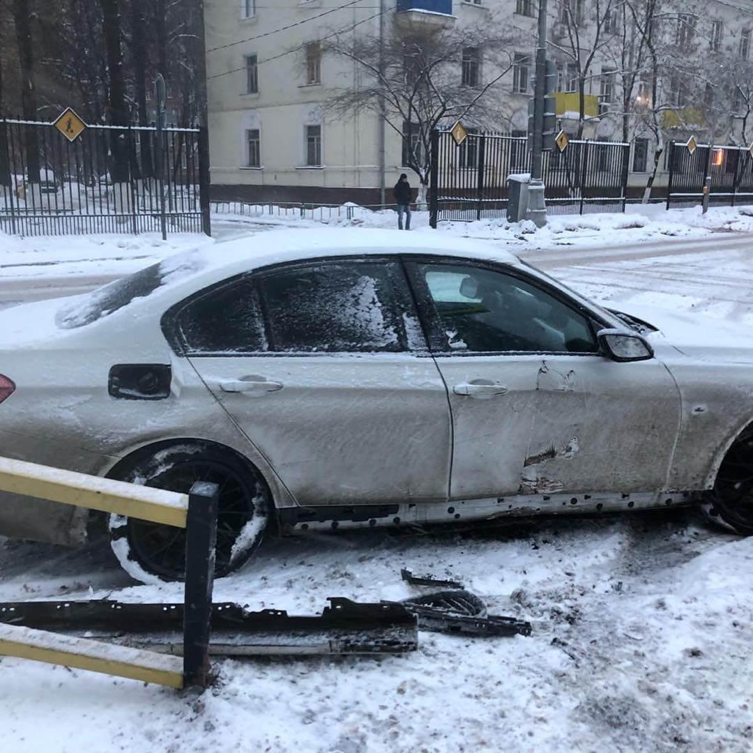 BMW F30 в результате удара поврежден