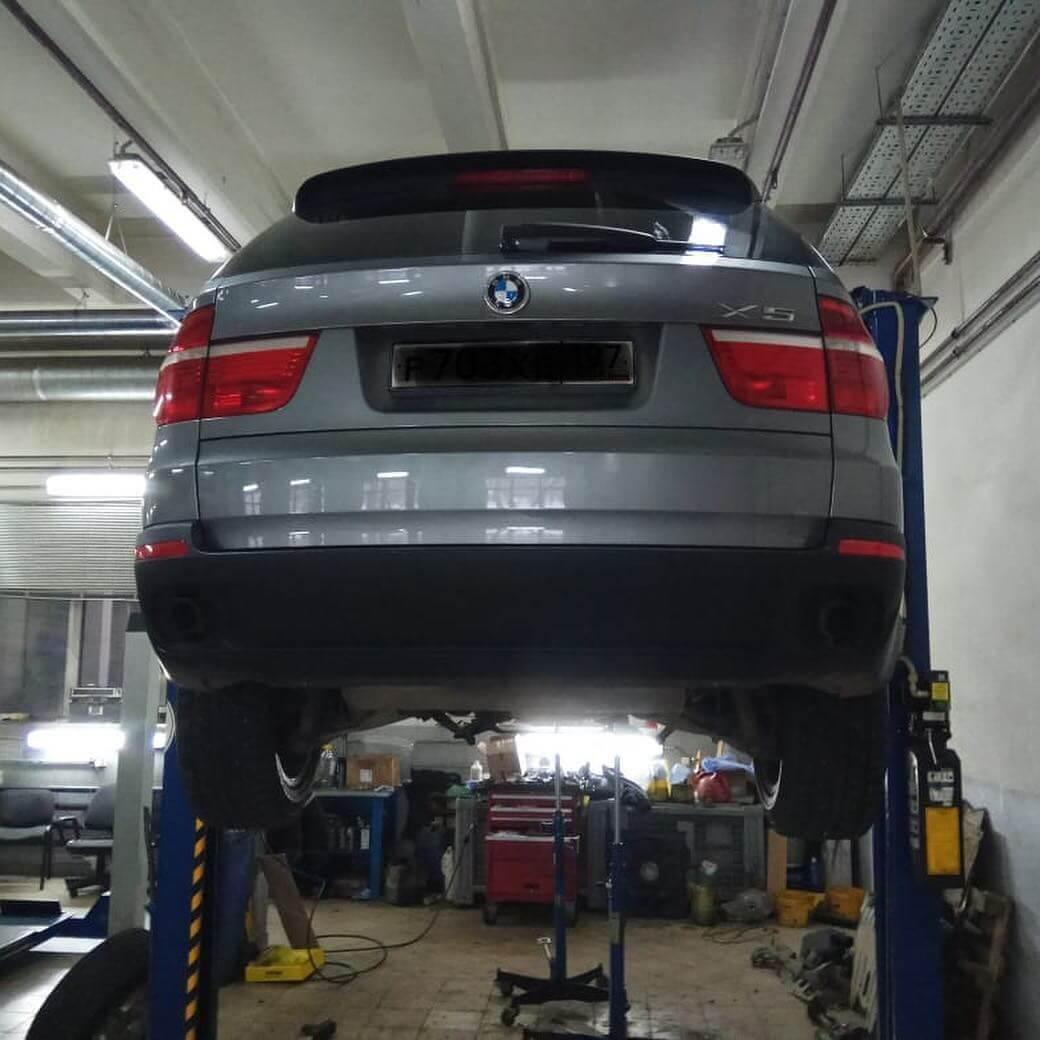 подготовка BMW X5 E70 к устранению течи масла в двигателе