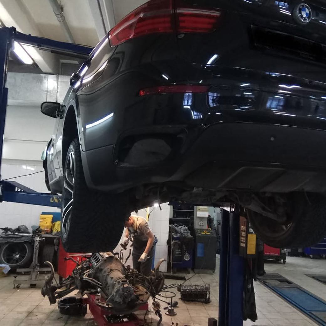 Снятие двигателя для устранения течи на BMW X6