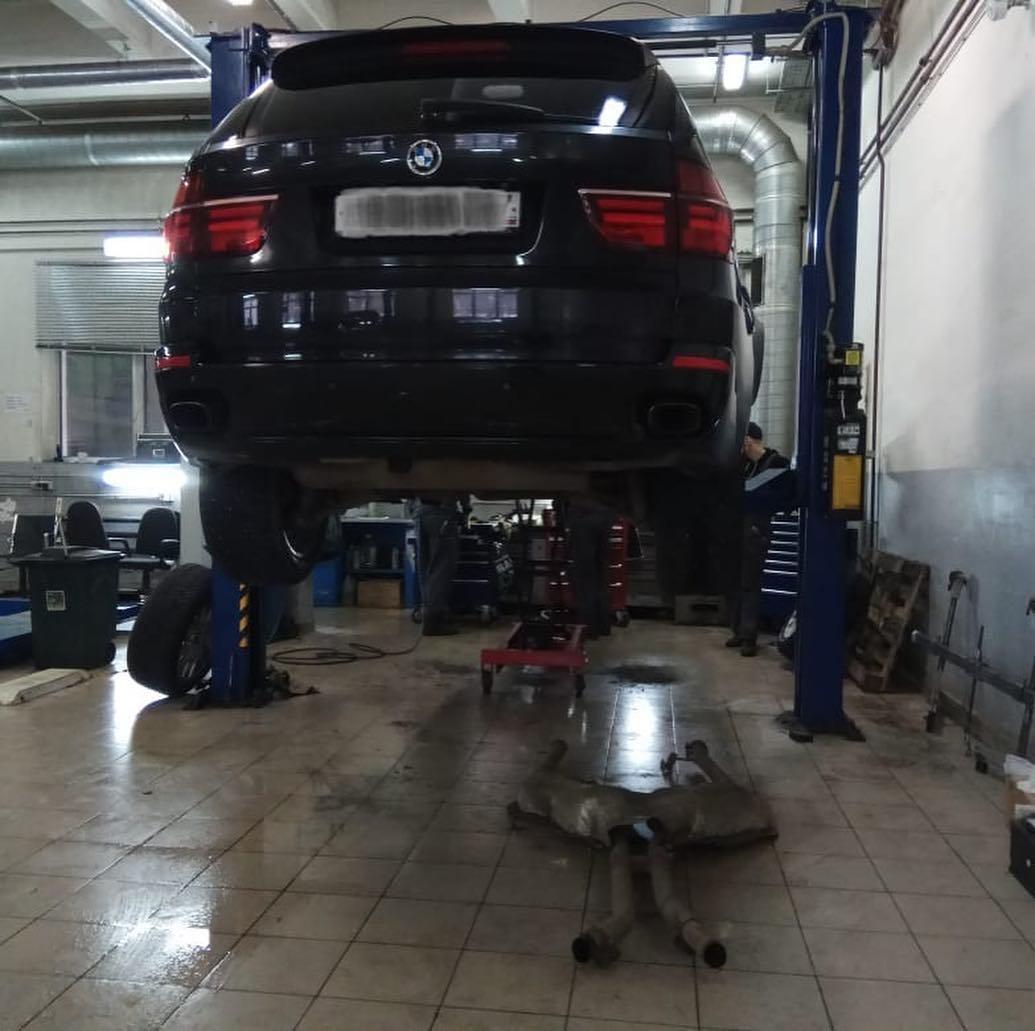 Замена трубки охлаждения подачи жидкости на механическую помпу на БМВ X5