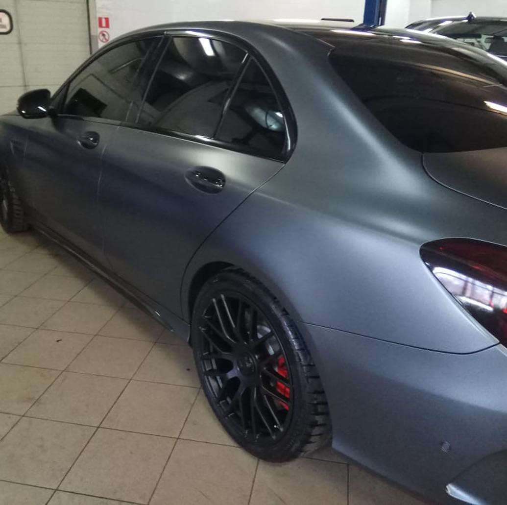 Черные диски на Mercedes AMG